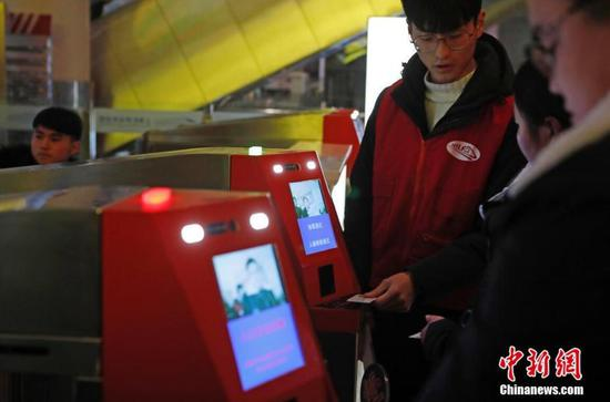 New technologies ease Spring Festival rush