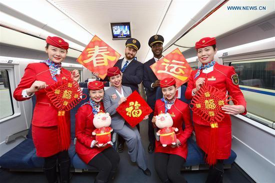 西安春节期间,外国志愿者为乘客服务
