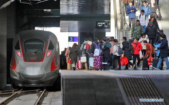 Passengers board a train at Yantai Railway Station in Yantai, east China's Shandong Province, Jan. 20, 2019. The 2019 Spring Festival travel rush, known as Chunyun, starts on Jan. 21. The Spring Festival, or Chinese Lunar New Year, falls on Feb. 5 this year. (Xinhua/Tang Ke)