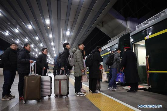 Passengers prepare to board the train K4051 to Nantong City in east China's Jiangsu Province, at the Beijing Railway Station in Beijing, capital of China, Jan. 21, 2019, the first day of the 2019 Spring Festival travel rush. (Photo/Xinhua)