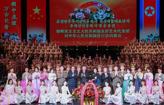 中共中央总书记,国家主席习近平和夫人彭丽媛在观看表演后与朝鲜民主主义人民共和国(DPRK)一个艺术团的艺术家合影2019年1月27日在中国首都北京举行。(新华社/庞新磊)
