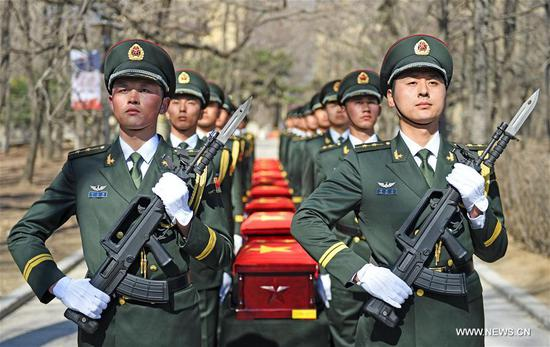Soldiers escort coffins containing the remains of Chinese soldiers killed in the 1950-53 Korean War during a burial ceremony at the Cemetery of Revolutionary Martyrs in Shenyang, Northeast China's Liaoning province, March 29, 2018. (Photo/Xinhua)