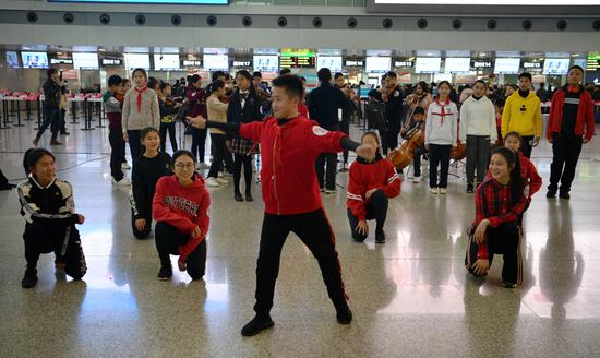 Hong Kong students stage flash mob at Chengdu airport