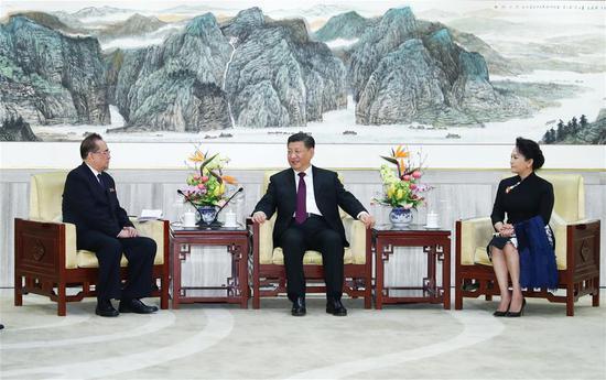 中共中央总书记,国家主席习近平(C)和夫人彭丽媛会见了朝鲜劳动党(WPK)政治局委员Ri Su Yong中央委员会,维京PKC中央委员会副主席,党的国际部部长,领导朝鲜民主主义人民共和国(DPRK)的一个艺术团,于2019年1月27日在中国首都北京举行。(新华社/谢焕池)