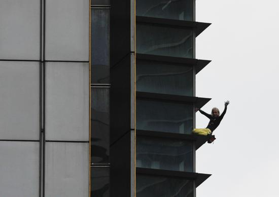 French 'Spiderman' scales skyscraper in Manila