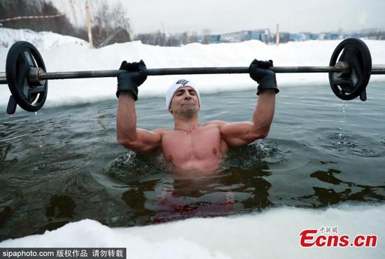 Man sets new world record for consecutive bench presses in ice hole