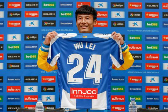 Espanyol's new Chinese forward Wu Lei holds his new jersey during his official presentation by RCD Espanyol in Barcelona, Catalonia, on Jan 29, 2019. (Photo/Xinhua)