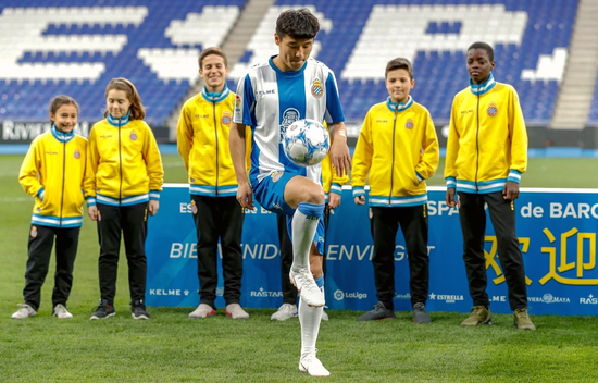Espanyol's new Chinese forward Wu Lei controls a ball during his official presentation at the RCDE Stadium in Barcelona, Catalonia, on Jan 29, 2019.   (Photo/Xinhua)
