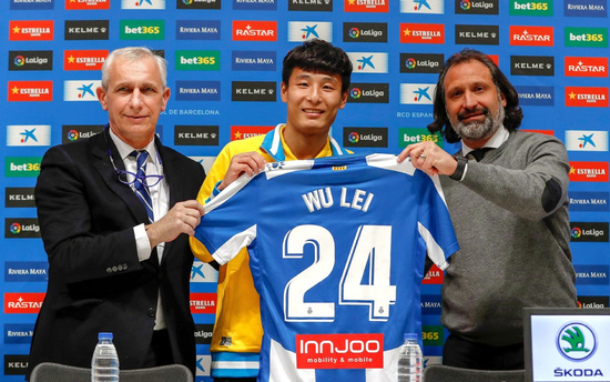 Wu Lei (C) poses with his new jersey with Espanyol vice president Carlos Garcia Pont (L) and football director Francisco Rufete (R) during his official presentation by RCD Espanyol at the RCDE Stadium in Barcelona, Catalonia, on Jan 29, 2019.(Photo/Xinhua)