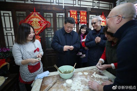 Xi Jinping (L2) makes dumplings with residents in downtown Beijing, February 1, 2019. /Xinhua Photo