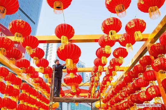红灯笼挂在中国即将到来的春节