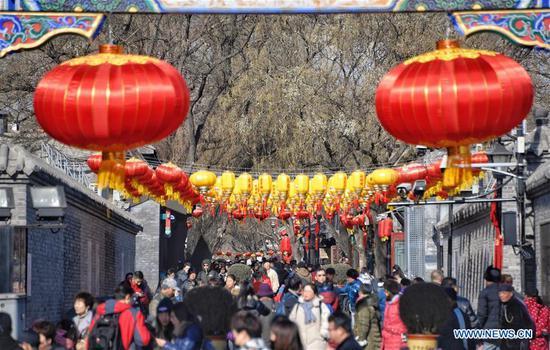 游客在北京节日气氛中游览南锣鼓巷