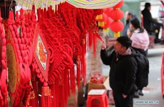 人们在贵州购买即将举行的春节商品