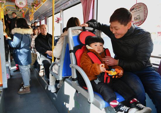 公共汽车在北部城市提供儿童座椅