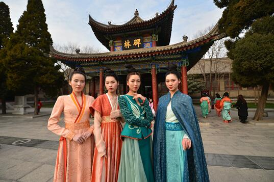 Tang-style Dress Show in ancient Xi'an