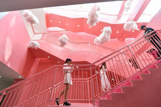 粉色地铁站吸引年轻游客