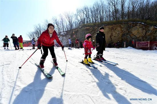 People across China enjoy winter sports during Spring Festival holiday