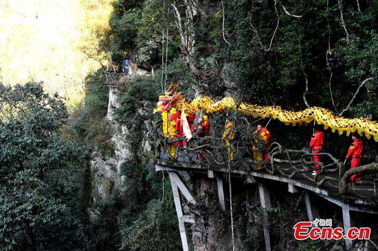 Dragon dance on 200m high glass bridge
