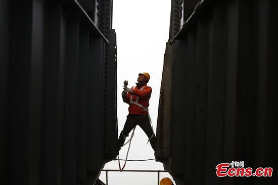 Railway technicians ensure safety of Yangtze River bridge
