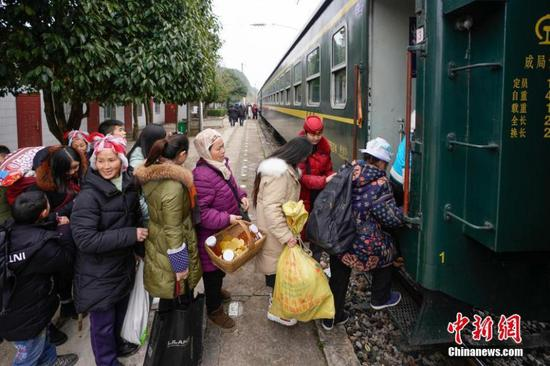 Passengers wait to board a train to Guiyang City, Guizhou Province, Jan. 17, 2019.  (Photo: China News Service/He Junyi)