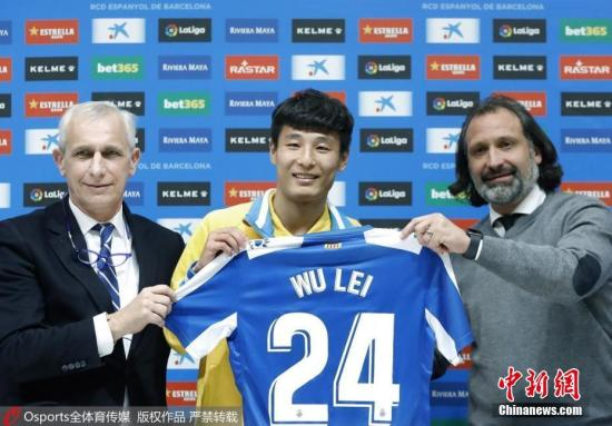 Espanyol's new Chinese forward Wu Lei (C) holds his new jersey during his official presentation by RCD Espanyol in Barcelona, Catalonia, on Jan 29, 2019. (Photo/Osports)