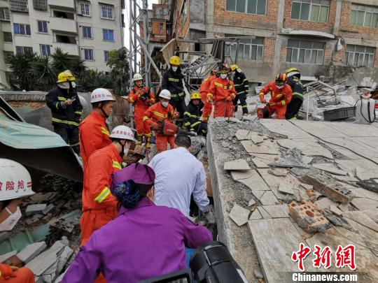 Rescue work underway at site of collapsed building in E China
