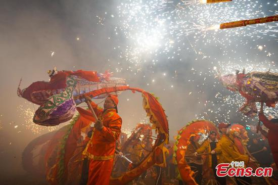 Villagers perform dragon dance to celebrate upcoming Lantern Festival