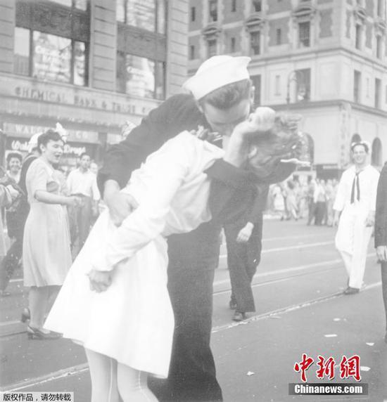 """第二次世界大战中""""亲吻水手""""的乔治·门登萨去世,享年95岁"""