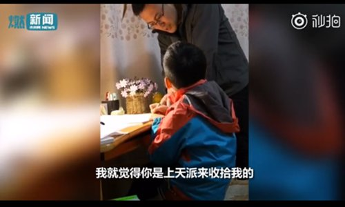 A father tutors his son and gradually loses his patience. (Screenshot photo/Miaopai.com)