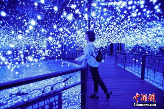 Interactive light show entertains visitors in Harbin