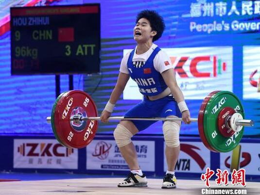 Chinese weightlifter Hou breaks world records to win golds at IWF World Cup