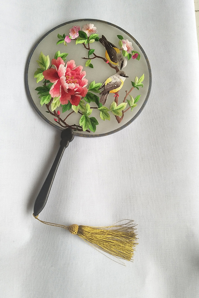 Xihe handmade embroidery silk fans are popular collectable items for their vivid patterns and exquisite stitches. (Photo provided to China Daily)