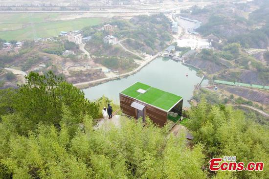 523m-high cliff hostel opens in scenic spot