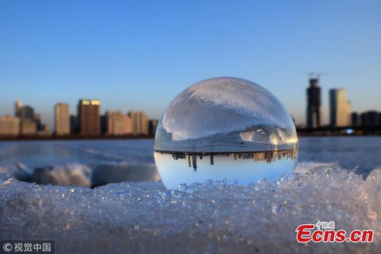 Crystal ball refraction photography captures Songhua River charm