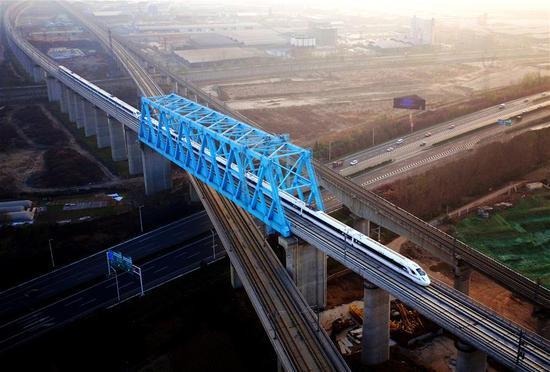 A bullet train runs on the Xi'an-Chengdu high-speed railway in northwest China's Shaanxi Province, Dec. 6, 2017. (Xinhua/Liu Xiao)