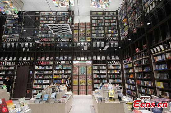Bookstore attracts visitors with mirrored ceiling