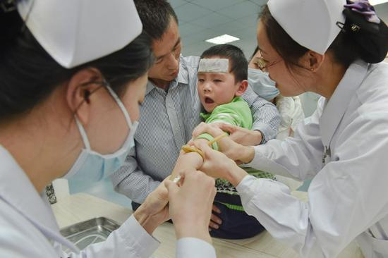 A child with flu receives treatment at Fujian Maternity and Child Healthcare Hospital in Fuzhou, Fujian province. (File photo/Xinhua)