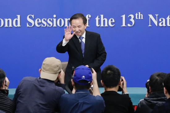 Li Ganjie greets reporters. (Photo by Kuang Linhua/China Daily)