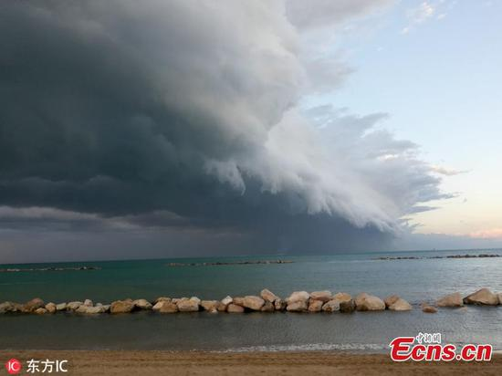 Stunning shelf cloud seen over Pescara, Italy