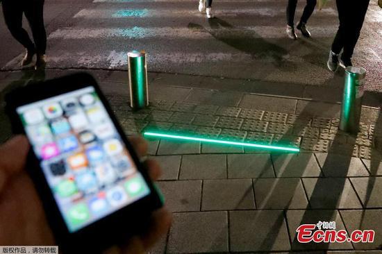 特拉维夫安装人行道灯以保护智能手机用户