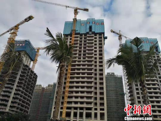 Residential buildings under construction in Haikou, Hainan Province. (File photo)