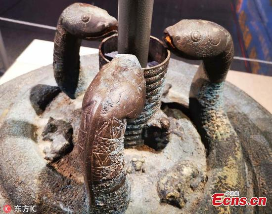 Shanxi police show retrieved bronze drum stand