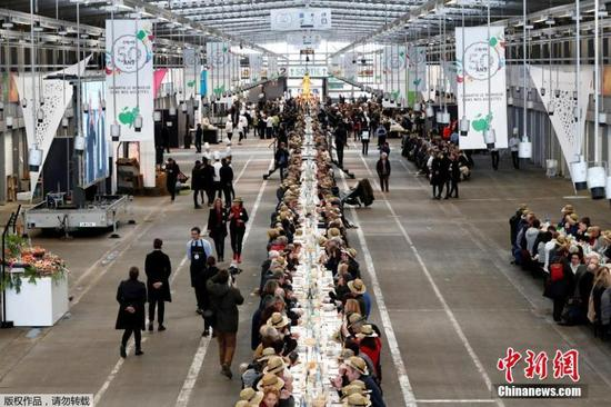 Food market marks 50th anniversary with 401.22-meter-long table