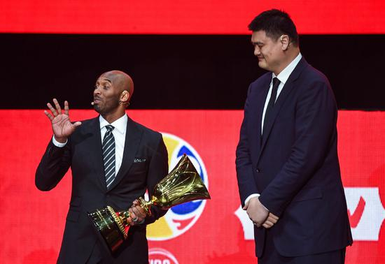 Kobe Bryant gives latest book to Chinese kids