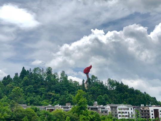 Located on the border of Jiangxi and Hunan provinces, the Jinggang Mountain attracts numerous Chinese tourists due to its historical significance as a revolutionary base and picturesque views. (Photo provided to China Daily)