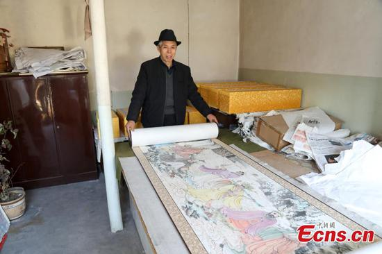Folk artist attempts Guinness record with 300-meter-long Buddhist scroll