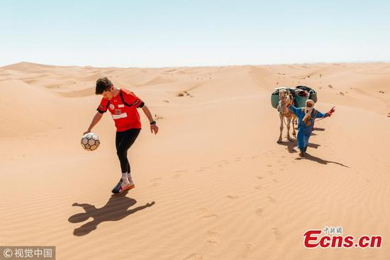 足球自由式踢跨撒哈拉沙漠的足球