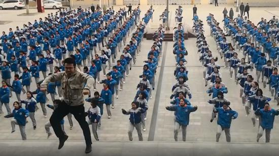 Chinese teacher leads 'Dura' dance with 400 students