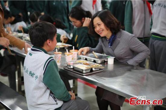 校长在南京与学生共进晚餐