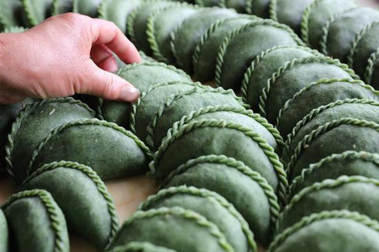 Green rice balls made to mark Qingming Festival